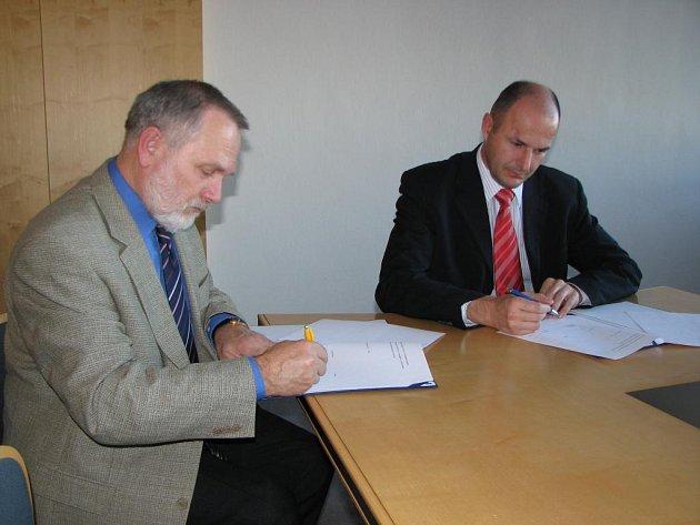 Ředitel Střední průmyslové školy strojnické v Plzni LadislavVízner (vlevo) podepisuje s personálním šéfem Škody Holding Josefem Bernardem dohodu o daru škole ve výši sto tisíc korun