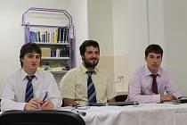 Volební komise ve složení Eliáš Kokoška, Radek Čech a Michal Prusík (zleva) svým spolužákům mimo jiné vysvětlovala, jak správně volit, aby hlas neztratil platnost