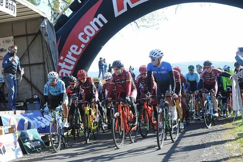 Cyklistickým králem Brd se už popáté stal Tomáš Kalojíros, na snímku ze startu zcela vlevo.