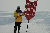 Plzeňský lékař prof. Václav Zeman  s českou vlajkou na severním pólu 16. července 2009. Na nejsevernějším místě zeměkoule si otužilec i zaplaval