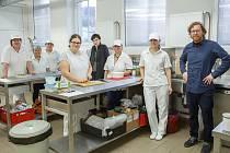 Nejdřív tým, připravující zdravé svačiny pro školáky i farmáře, čítal čtyři členy, později se rozrostl na šestnáct lidí. Vpravo na snímku je manažer projektu Jiří Krzanowski