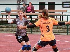 Nováček z Újezdu ve dvou derby na jihu Plzeňska nebodoval. Na snímku z utkání v Příchovicích brání domácí Klára Hošťálková útočnici Újezda Kateřinu Říhovou (s míčem).