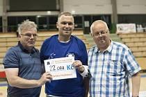 Na fotografii Zdeněk Hejduk (uprostřed), házenkář, bojující s onemocněním ALS.
