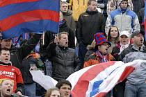 Obránce FC Viktorie Plzeň David Limberský (na snímku uprostřed v černé bundě drží vlajku) povzbuzoval spoluhráče v duelu proti Bohemians Praha 1905 přímo v kotli fanoušků