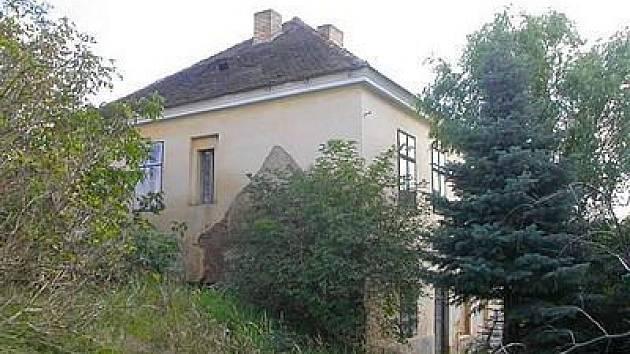 Farní budova ve Všerubech, která je nabízena k prodeji