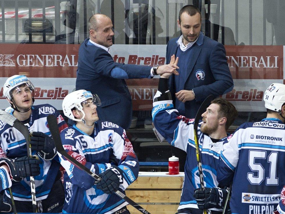 Takhle se plzeňští trenéři (zleva) Martin Straka a Ladislav Čihák dělili s hráči (zleva Miroslav Indrák a Jakub Lev)  o radost z postupu do předkola.