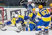 Hokejisté staršího dorostu Plzně dobývají branku Zlína v osmifinále play-off extraligy.