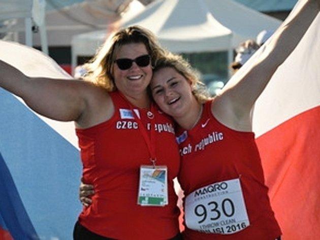 Kateřina Skypalová (vpravo) si s trenérkou Lucií Plašilovou vychutnává vítězství na premiérovém mistrovství Evropy do 17 let  v hodu kladivem.