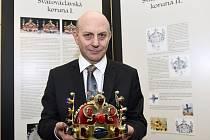 Autor výstavy Magičtí Lucemburkové Oldřich Beneš s replikou svatováclavské koruny.