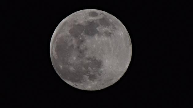 Měsíc v úplňku.