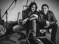 Michal Šindelář (vlevo) a Jakub Kořínek vystoupí v  pátek v plzeňském klubu Kalikovák spolu s valašskou kapelou Fleret