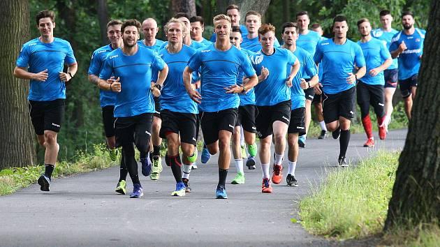 Tradiční výběh kolem Kamenného rybníka v Plzni přichystal na úvod letního tréninkového drilu pro svoje ovečky Michal Tonar, trenér Talentu M.A.T. Plzeň.