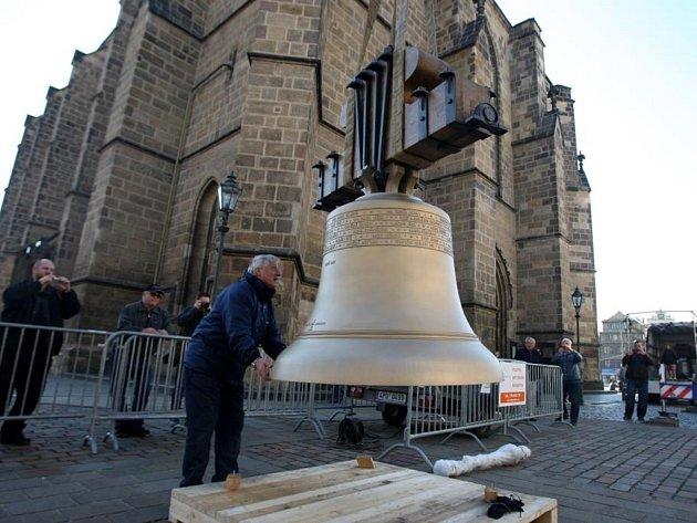 Dva nové zvony, Jan a Marie, pro katedrálu sv. Bartoloměje dorazily do Plzně.