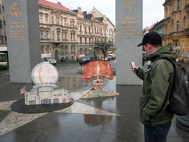 Pomník Díky, Ameriko na Americké třídě v Plzni získal ve středu odpoledne nevítané vylepšení