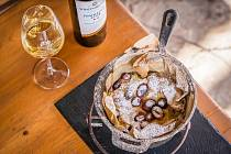 Francouzský koláč Far breton, Tramín červený 2018 Víno Mikulov Sommelier Club