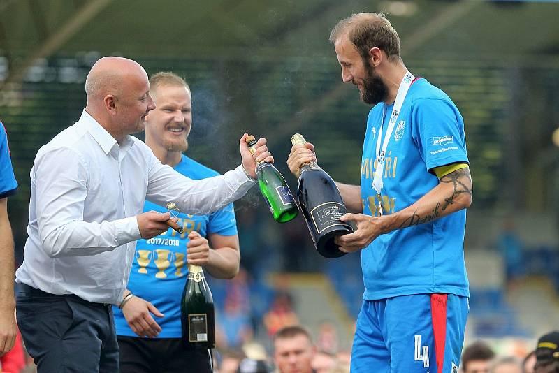 Naposledy mistři. Adolf Šádek s lahví šampaňského připíjí s tehdejším kapitánem Romanem Hubníkem.