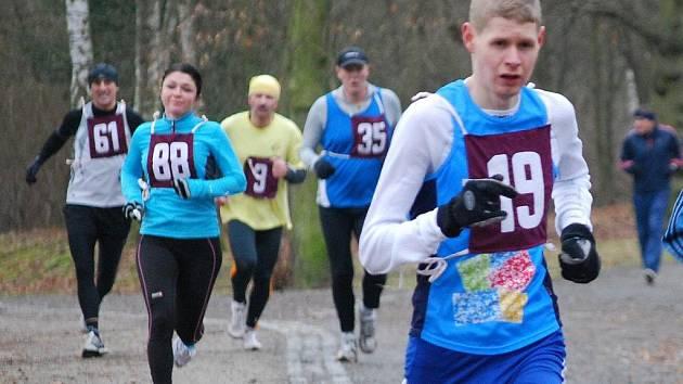 Sobotní Silvestrovský běh v Borském parku ovládl v kategorii mužů domažlický Jiří Voják (č. 19)