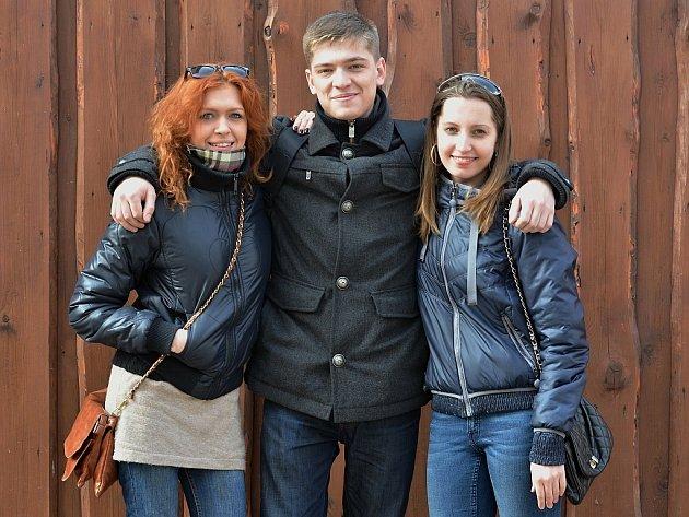 Anastasiia Popovkinová (vlevo), Bogdan Tsymbal a Kseniia Sopronenková.