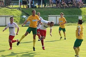 Fotbalisté Tlumačova (na archivním snímku hráči ve žlutých dresech) porazili Chotíkov 3:1.