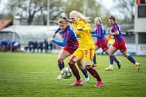 Zastřílely si. Fotbalistky Viktorie (na archivním snímku v modročerveném) porazily Duklu 6:0.