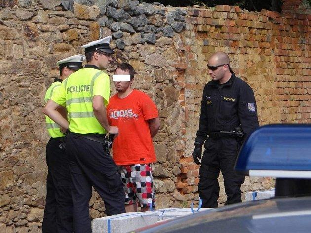 Další honička v Plzni. Muž naboural auto strážníků a pak jim utíkal