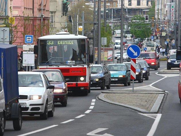 Zrekonstruovaná Americká třída je plná aut i chodců. Vážné dopravní kolapsy se frekventované tepně, která má po rekonstrukci zúženou vozovku  a rozšířené chodniky, zatím vyhýbají