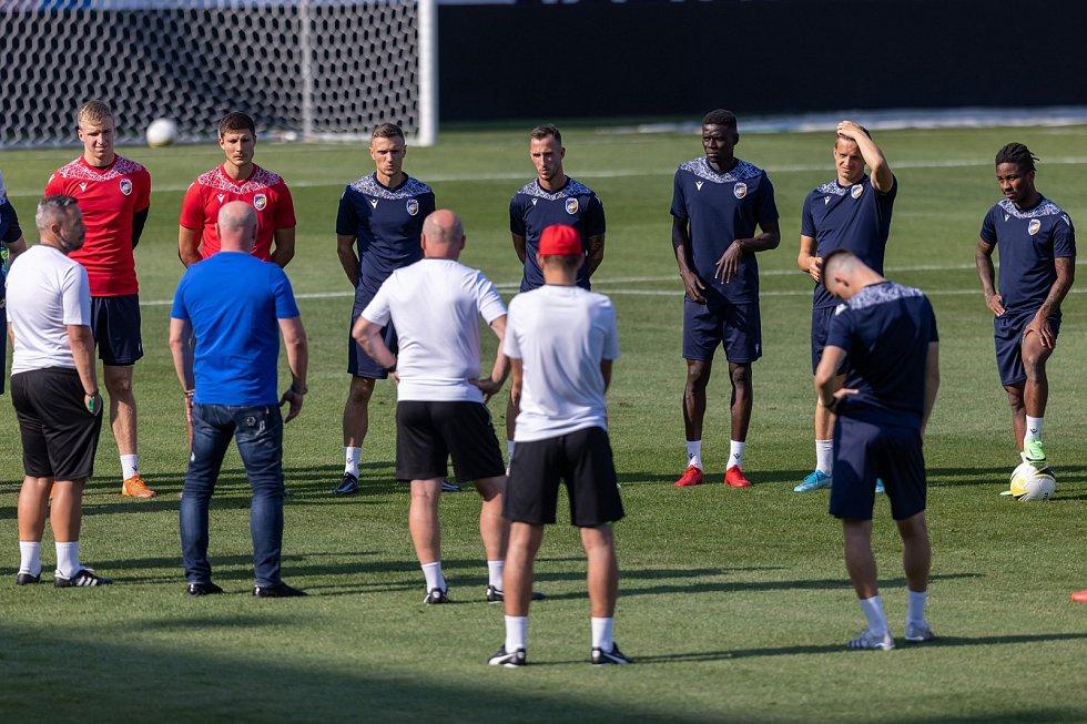 Trenér Michal Bílek na předzápasovém tréninku před zápasem s Dynamem Brest promlouvá ke svým svěřencům.