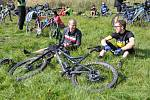 Takový peloton cyklistů se v Brdech  jen tak k vidění nebývá. Jelo nás na šest desítek, cyklisté všech generací včetně dětí.