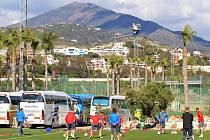 Svěřenci trenéra Miroslav Koubka absolvovali v Malaze první trénink. Scenérii fotbalových tréninkových hřišť dotvářejí viktoriánům kopce a palmy