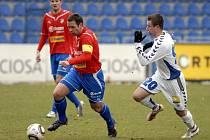 Kapitán Viktorie Plzeň Pavel Horváth (vlevo) se snaží rozehrát míč v ligovém utkání proti Liberci. Západočeši vyhráli pod Ještědem 2:0 a už zítra je čeká duel v Teplicích