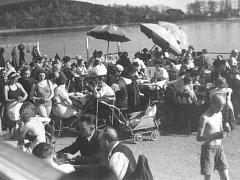 Horké léto 1944. Neděle v druhé polovině horkého srpna zaznamenaly také rekord v návštěvnosti plováren a Boleveckých rybníků. Na ten největší Bolevák proudily po lučních cestách davy Plzeňanů. Obležené břehy, všude hlava na hlavě, slunění, koupání...