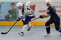 Hokejbalisté HBC Plzeň doma přehráli celek z Ústí nad Labem 4:1. Na snímku uniká obránci hostů plzeňský útočník Daniel Krásný (vlevo) .