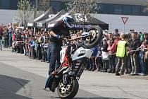 Freestylový jezdec Martin Krátký, který divákům předvedl jízdu na jednom kole a řadu dalších triků.