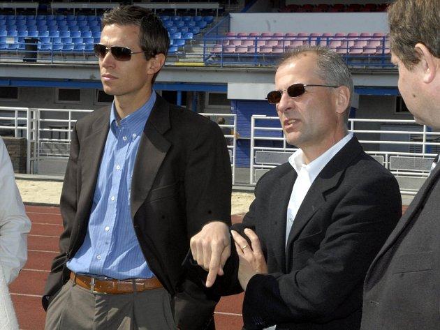 Andreas Korner (vlevo), organizační pracovník UEFA odpovídající za ME týmů do 19 let, a zástupce soutěžního oddělení UEFA Claudio Negroni