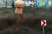 Plzeň - Černice Křižovatka na okraji Černic upomíná řidiče na to, že jsou poblíž Starému Plzenci, kde je doma Bohemia Sekt. Obří špunt vloni v létě někdo ukradl a nevrátil ani po vypsání nálezného 100 lahví sektu. Společnost nechala vyrobit nový.