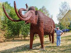 Obří mamut stál u domu Jaroslava Šefla ve Lhůtě od loňského léta. Nyní se přesouvá do Pelhřimova.
