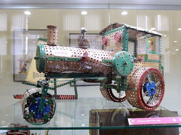Výstava Fenomén Merkur připomíná ijiné 'dírkaté' kovové stavebnice. Třeba tu se jménem Vašek, jejíž historie sahá také až do období první republiky a zníž je vyroben traktor na snímku.
