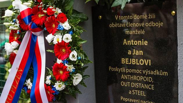 Odhalení pamětní desky u 75. výročí akce Canonbury v Čechově ulici