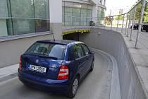 Podzemní garáže pod slovanskou radnicí lidem z okolí kapacitně nestačí . Všech 38 míst je zaplněných a na uvolnění čekají další zájemci