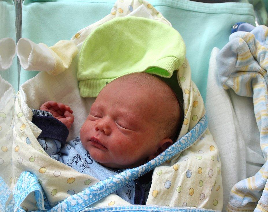 Dominik Jirásek z Plzně se narodil v porodnici U Mulačů 31. srpna v 8:40 hodin s váhou 3190 gramů. Rodiče Adéla a Michal věděli, že jejich druhorozené miminko bude chlapeček. Doma se na brášku těšil sedmiletý Radim.