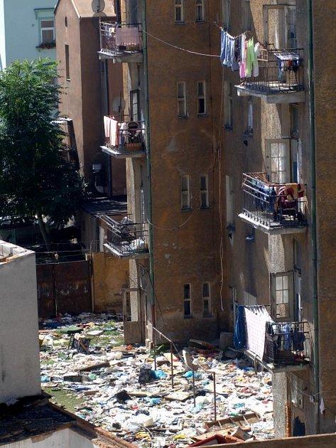 V městském domě v Resslově ulici 13 bydlí sociálně vyloučené rodiny, většinu z obyvatel tvoří Romové. Hromady odpadků, které mají na dvoře, si nájemníci uklidit sami nechtějí, podle nich je to povinností města. Mezi injekčními stříkačkami si hrají děti