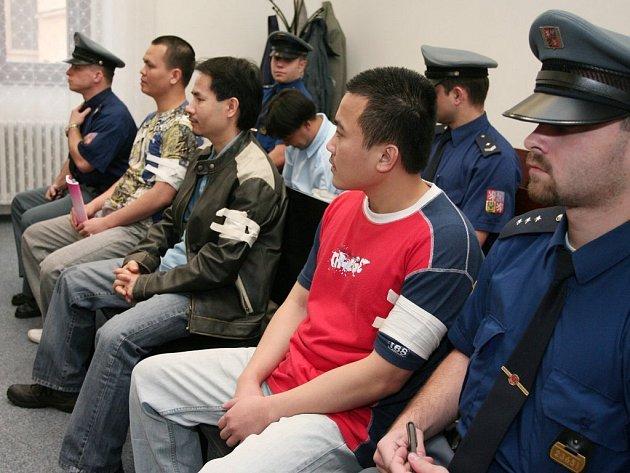 Zleva: Trong Nguyen Binh, Quang Trinh Dang, Trung Hoang Thanh a v druhé lavici se skloněnou hlavou sedí Hung Nguyen Thien