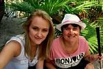 Pod palmou na golfu v Plasích. Se sestřičkou Veronikou jsme strávily odpoledne na golfu a před sluníčkem jsme se občas schovaly pod palmovými listy