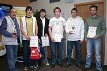 Vítězní pokrývači a tesaři s učiteli odborného výcviku. (zleva) Zbyněk Varga,  Radim Červeňák, Karel Petr, Josef Birnbaum, Josef Kočka a  Milan Myška z SOU stavebního v Plzni