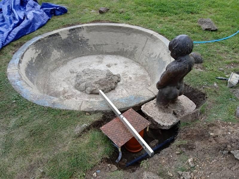 Oprava a dokončení jezírka s čurajícím chlapečkem v Plasích.