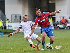 Útočník Viktorie Plzeň Tomáš Chorý (vpravo) naskočil až do druhého poločasu utkání 2. kola proti Liberci. Obrovitý forvard trefil v závěru duelu tyč.