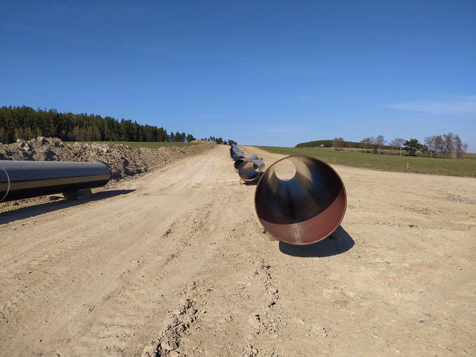 Stavba plynovodu běží podle plánu, do konce roku by mělo být hotovo.