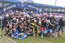 Oslavy mohou začít, fotbalisté FC Viktoria Plzeň dostali pohár pro vítěze Synot ligy.