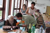 Marie Hermanová přijímá květinu od Karla Vostrého. Ředitel Domova klidného stáří v Žinkovech ji přišel včera pogratulovat k jejím stodruhým narozeninám.
