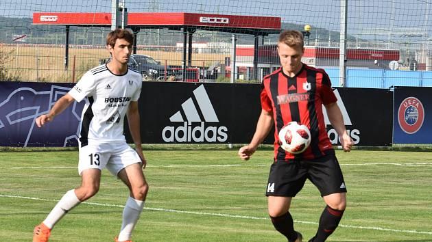 Ze středečního pohárového utkání odcházel domažlický Jiří Sedláček (v  červenočerném dresu) spokojený. Přeštický Tomáš Skála (vlevo) musel přijmout vysokou porážku 0:6.